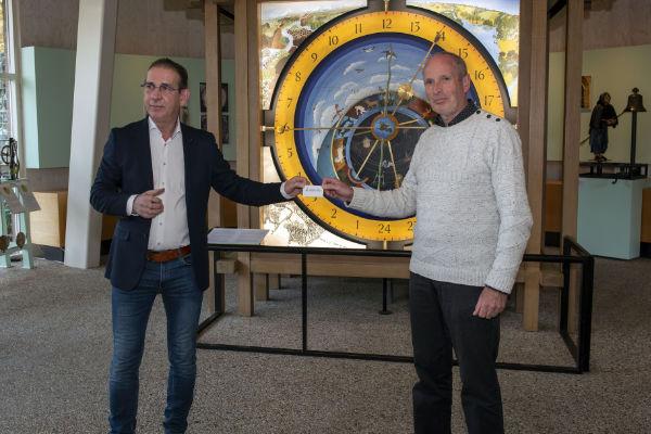 Joop van Dijck (L) krijgt van Bram Nugteren (R) het eerste pasje uitgereikt