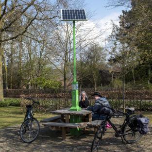 fiets oplaadpaal met zonnepaneel